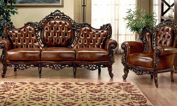 Кожаный диван с резной спинкой и ножками