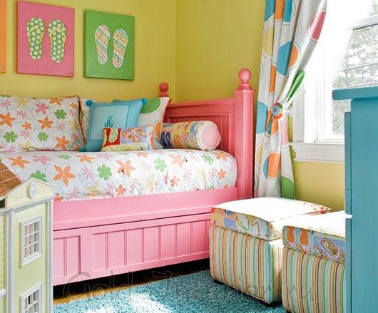 Комната с разноцветным текстилем