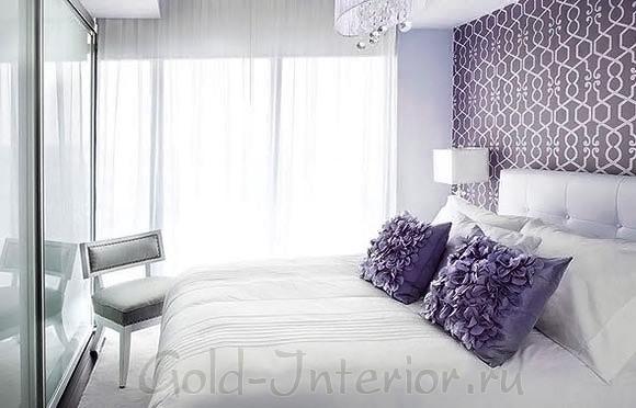 Компактный шкаф и большая кровать
