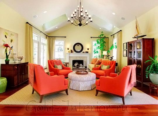 Коралловый, кремовый и мятный цвета в гостиной комнате