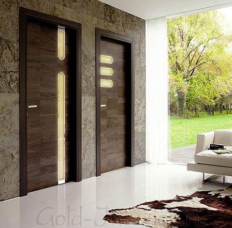Коричневые двери и настенная плитка под мрамор