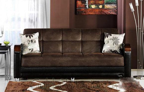Коричневые стены, ковёр и диван