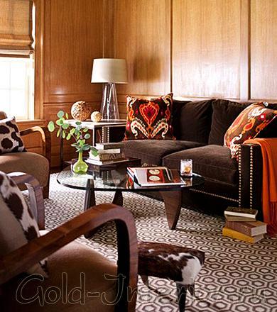 Коричневый диван в африканском интерьере