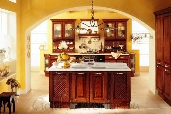 Коричневый кухонный гарнитур и стены антично-жёлтого цвета