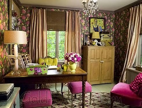 Коричневый, салатовый и цвет фуксия в оформлении гостиной-кабинета