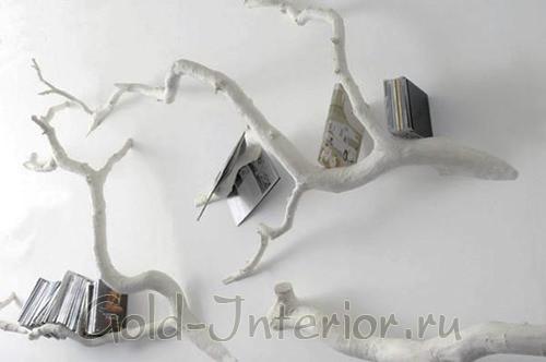 Ветки-коряги в роли книжных полочек