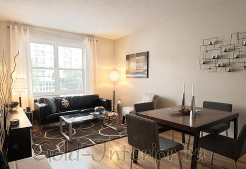 Ковёр разграничивает комнату на отдельные зоны: столовую и гостиную