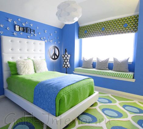Яркий ковёр с орнаментом в ярком интерьере