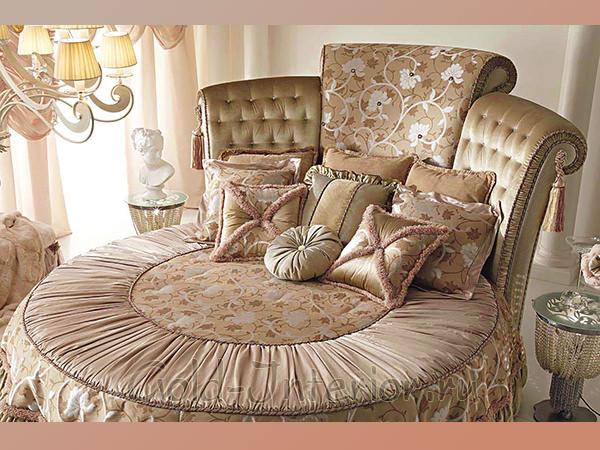 Красивая бежевая круглая кровать в классическом стиле