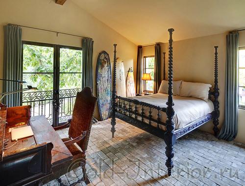Красивая кровать из кованого железа с узорами