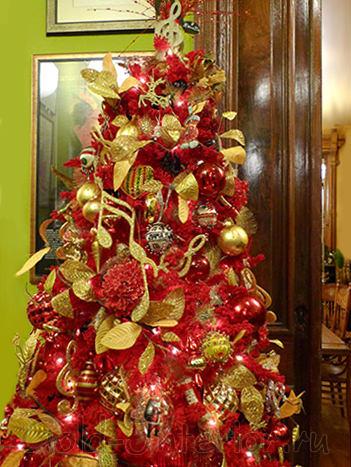 Красная ёлка с новогодними игрушками