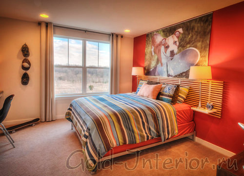 Красная стена и постельное бельё в интерьере спальни