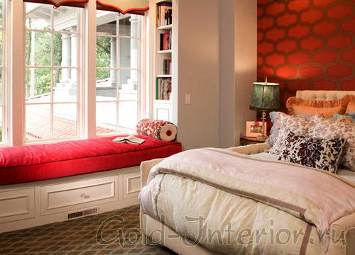 Красная стена в интерьере спальной комнаты