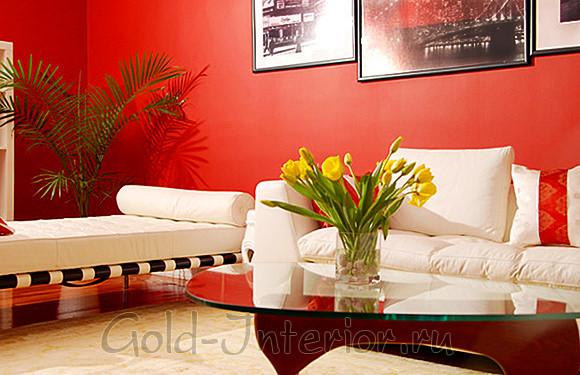 Красные стены + белый диван с кушеткой