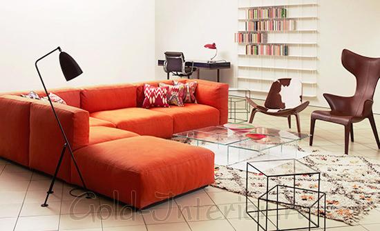Красно-оранжевый диван и коричневые стулья