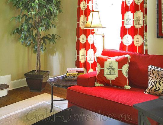 Красный диван и красные шторы с орнаментом