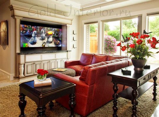 Красный кожаный диван в интерьере гостиной
