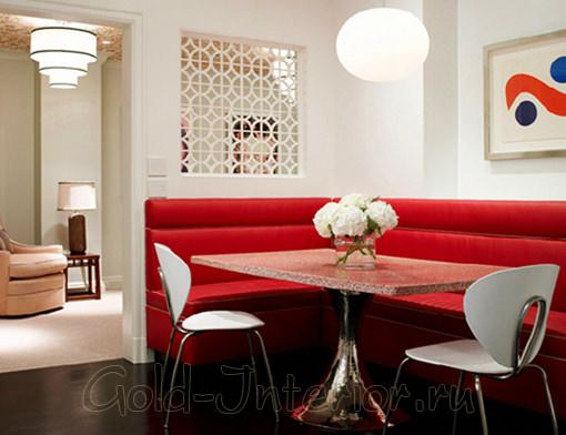 Красный кухонный уголок, стол и два стула