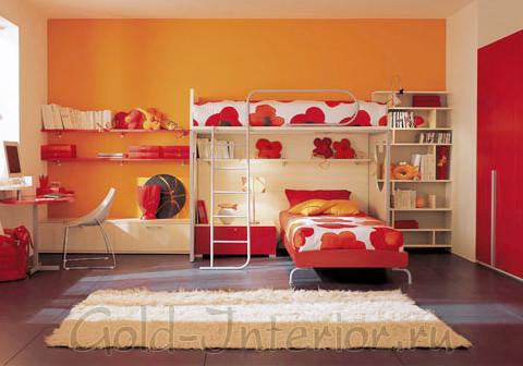 Красно-оранжевый интерьер комнаты для двух девочек