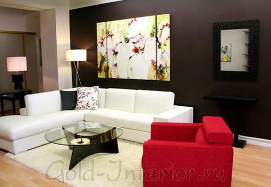 Красное кресло, белый диван и стена шоколадного цвета