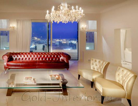 Красновато-бордовый диван в бежевом интерьере