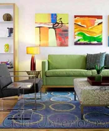 Красочный интерьер с фисташковым диваном