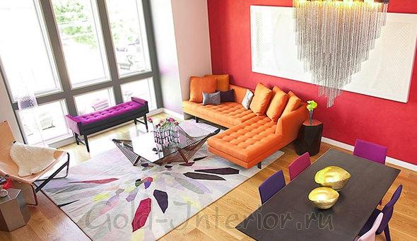 Красочный интерьер с оранжевым диваном