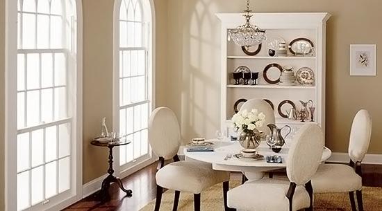Кремовый + цвет морёного дуба в декоре гостиной