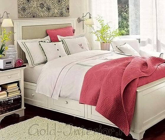 Кровать с вместительными нижними ящиками
