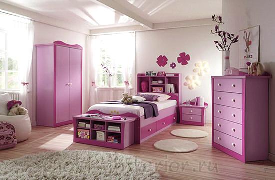 Кровать, шкаф, комод и полки выполнены в едином стиле