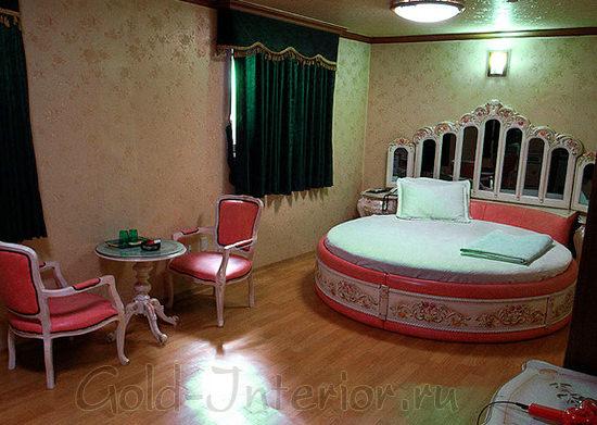 Круглая кровать и мебель в классическом стиле