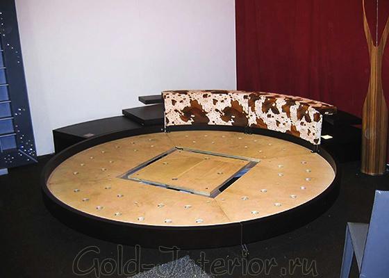 Круглая кровать и угловые полукруглые полки