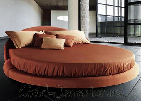 Круглая кровать терракотового цвета