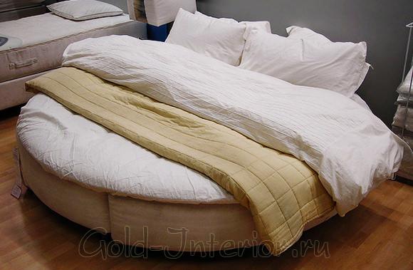 Круглая кровать в маленькой спальне