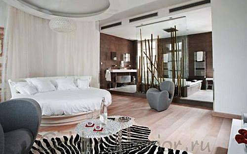 Круглая ниша на потолке над круглой кроватью