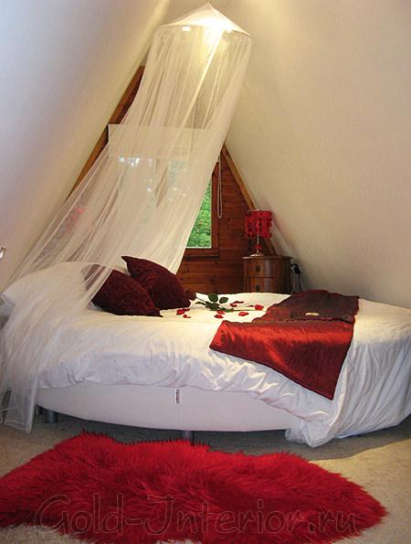 Круглая кровать в мансардном помещении