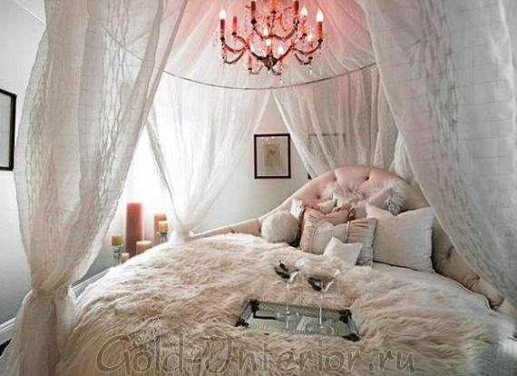 Круглый белый балдахин и кровать
