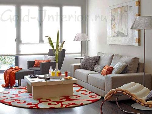 Круглый коврик в интерьере гостиной
