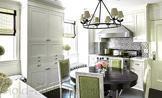 Круглый обеденный стол в интерьере кухни
