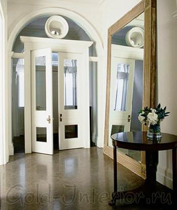 Большое зеркало у стены в прихожей