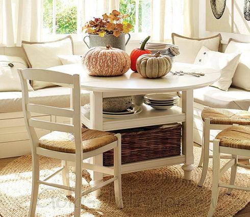 Кухонная мебель: эркерный диван, стол со стульями и плетёные аксессуары