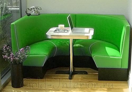 Кухонный диван почти полностью огибает стол