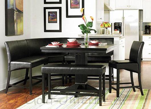 Кухонный уголок из чёрной кожи в светлом интерьере кухни