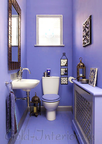 Лиловые стены, пол и потолок в оформлении туалета