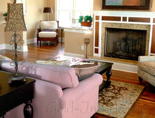 Лиловый диван в интерьере гостиной