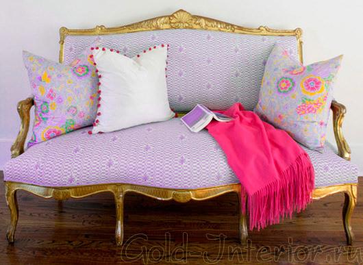 Лиловый диван в классическом стиле