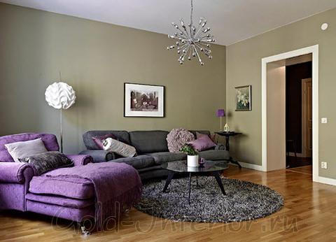 Лиловый и серый диваны в дизайне гостиной