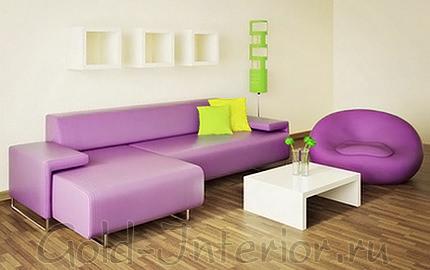 Лиловое кресло и диван в гостиной
