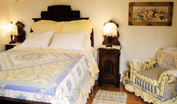 Лимонный и синий цвет в спальне кантри