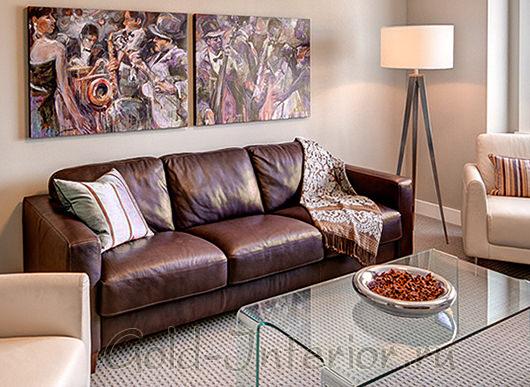 Линейный кожаный диван шоколадного оттенка